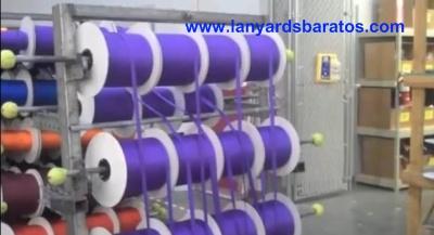 Nuestros fabricantes de lanyards organizan las cintas en royos.