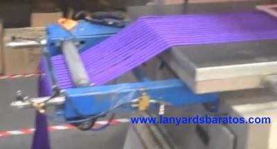 Las cintas se enlazan para fabricar los lanyards personalizados.